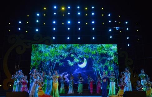 《月光下的凤尾竹》,《梁祝》,《婚誓》以及葫芦丝与舞蹈结合的《金孔